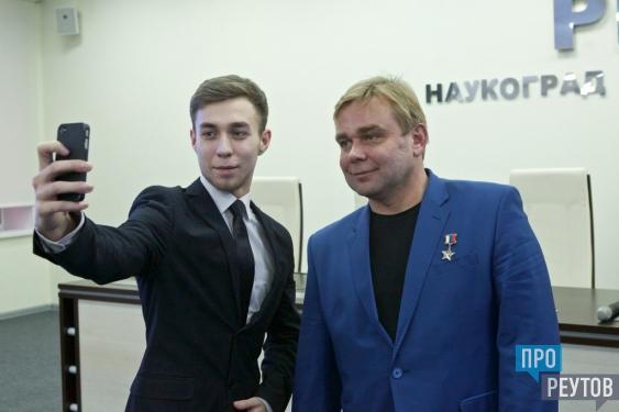 Максим Сураев рассказал студентам Реутова о встрече с НЛО. Герой России поделился историями из космоса и ответил на вопросы ребят. ПроРеутов