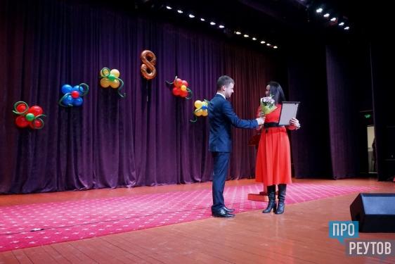 Дмитрий Харатьян спел дуэтом с учительницей из Реутова. Народный артист поздравил реутовчанок с 8 марта и рассказал о своём женском идеале. ПроРеутов