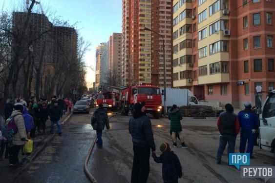 Причиной пожара в высотке стал прилетевший окурок. Корреспондент газеты «ПроРеутов» выяснял подробности происшествия у пожарных и соседей погорельцев. ПроРеутов