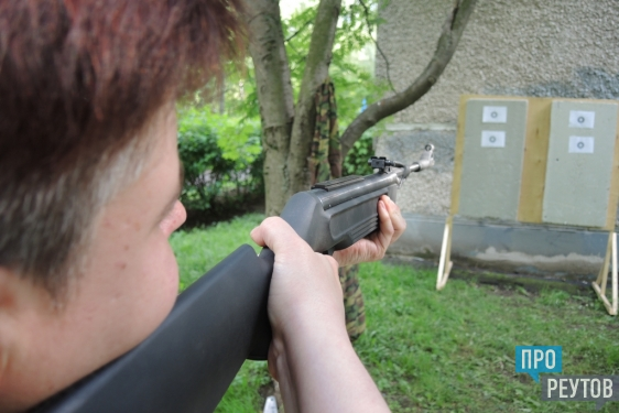 Реутовское телевидение провело военную игру. Вместо традиционного корпоратива сотрудники РТВ и газеты «ПроРеутов» стреляли из пистолетов, метали ножи и лазали по верёвкам. ПроРеутов