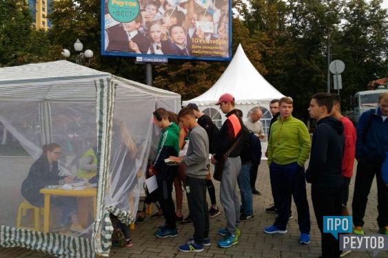 300 спортсменов открыли Реутов-фест двумя забегами. Глава города Сергей Юров приветствовал участников и дал старт забегу. ПроРеутов