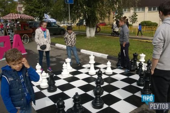 Первые участники уже пробуют силы в стритболе и шахматах, желающие смогут попробовать силы в настольном теннисе и в заездах на гироскутерах. Здесь же установлена рампа для скейтбординга.
