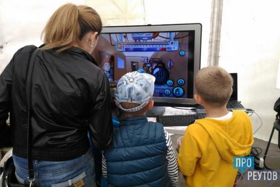 Реутов-фест: «Изобретариум» пригласил детей в лаборатории. Лаборатории Центра инновационного творчества молодёжи разбили в День города пять шатров. ПроРеутов