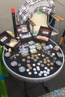 Реутов-фест: в пешеходной зоне для жителей чеканят монеты. Каждый может сам выбрать материал и надпись на изготовленной по старорусской технологии монете. ПроРеутов