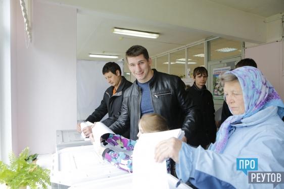 Телеведущий Тимур Кизяков проголосовал в Реутове. Вместе с ним впервые пришла на выборы старшая дочь Елена. ПроРеутов