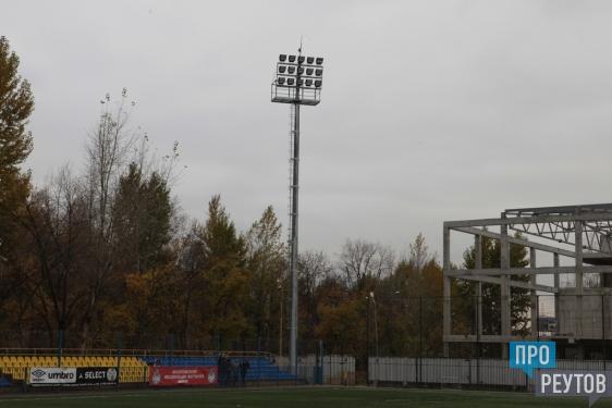 Осветительные мачты заменили на стадионе «Старт» в Реутове. Новая система потребляет меньше энергии и даёт больше света. ПроРеутов