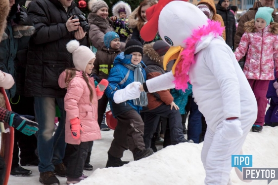 Деревянные горки для детей открыли в «Новокосино-2». Открытие отметили праздником с конкурсами, Дедом Морозом и подарками. ПроРеутов