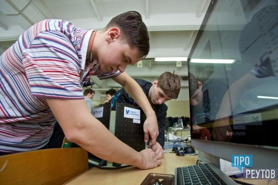 Открытый чемпионат WorldSkills Russia проходит в Реутове. Участники готовят чертежи и выполняют конкурсные задания на станках с ЧПУ. ПроРеутов