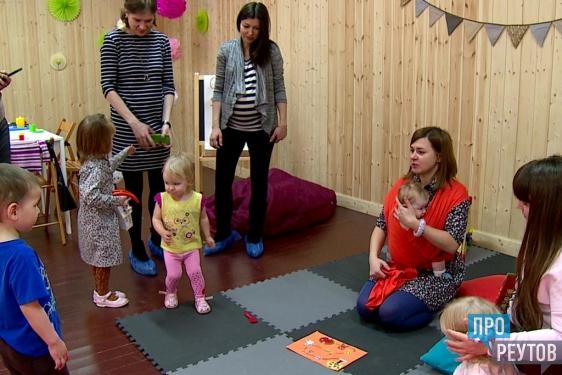 «Семейная гостиная» открылась в центральном городском парке Реутова. Клуб для мам с детьми работает в арт-пространстве за новой сценой. ПроРеутов