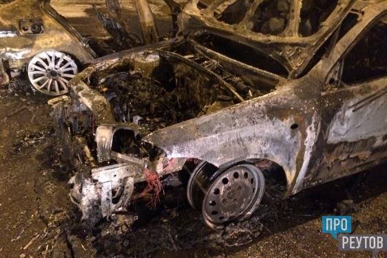 Неизвестный пироман сжёг два автомобиля на Юбилейном. Огонь уничтожил BMW и Chevrolet Lacetti. ПроРеутов