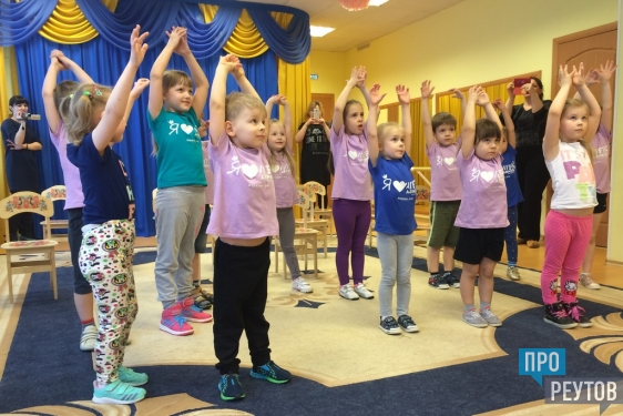 Хореограф Данила Ситников помог реутовским детям раскрепоститься в танце. Во время мастер-класса в детском саду малыши вживались в образы шпионов и космонавтов. ПроРеутов