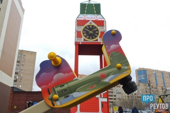 Легендарная «Катюша» украсила детскую площадку в Реутове. Монтаж тематического игрового комплекса завершится к Дню Победы. ПроРеутов