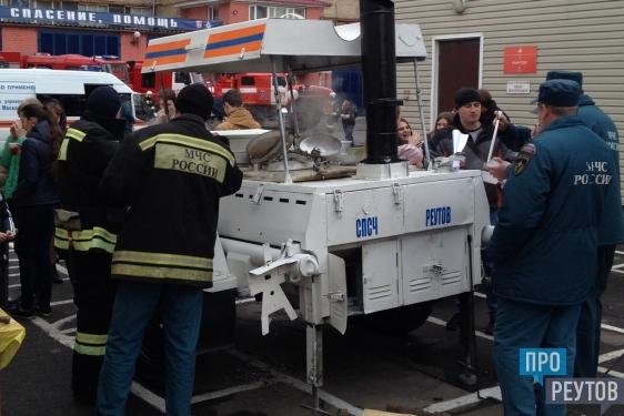 Реутовские пожарные продемонстрировали школьникам спецтехнику. Праздничные мероприятия приурочили к 99-й годовщине Советской пожарной охраны. ПроРеутов