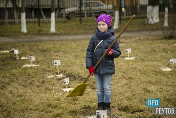 Школьники Реутова посадили каштаны в память о павших воинах. На Аллее героев в шестой школе появилось 41 деревце. ПроРеутов