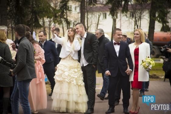 Молодожёны Подмосковья посадили в Реутове Аллею новобрачных. Двадцать кустов сирени высадили возле Дворца бракосочетаний. ПроРеутов