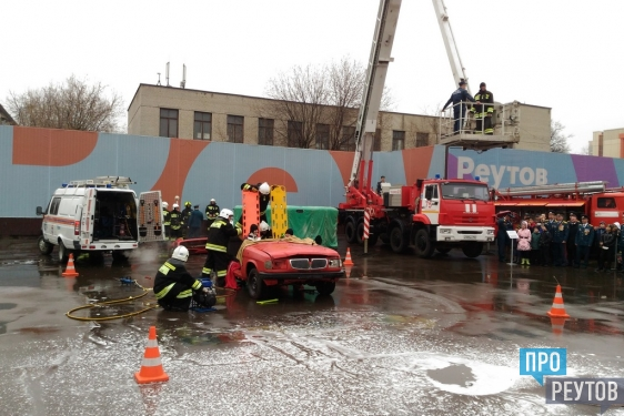 Ярким шоу отметили в Реутове годовщину пожарной охраны. Гости праздника увидели спасательную операцию и осмотрели спецтехнику МЧС. ПроРеутов