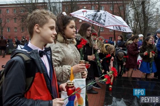 Школьникам Реутова дали паспорта в честь Дня Победы. В завершение церемонии юноши и девушки зажгли 45 лампад. ПроРеутов
