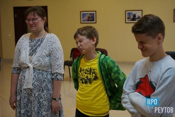 Актёр и телерадиоведущий Григорий Адаменко провёл мастер-класс в Реутове. На открытом занятии реутовские юнкоры научились разминке лица и переключению внимания во время сложного интервью. ПроРеутов