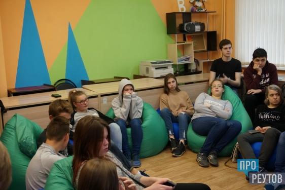 Журналист телеканала «Звезда» раскрыл секреты профессии юнкорам Реутова. Участники открытого мастер-класса в Подростково-молодёжном центре смогли заглянуть по ту сторону телевизионного экрана. ПроРеутов