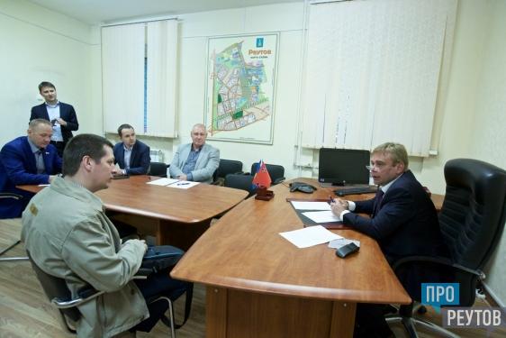 Депутат Госдумы Максим Сураев провёл приём граждан в Реутове. В числе поднятых жителями вопросов были ремонт домов и проезд на отдых многодетных семей. ПроРеутов