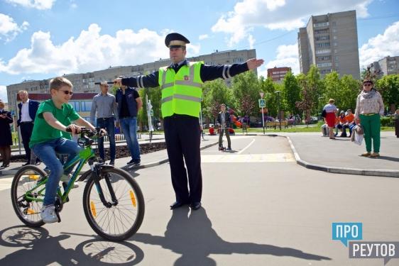 Реутовские школьники отработали правила дорожного движения в детском автогородке. Ребята смогли попробовать себя в роли водителей-нарушителей и следящих за порядком полицейских. ПроРеутов