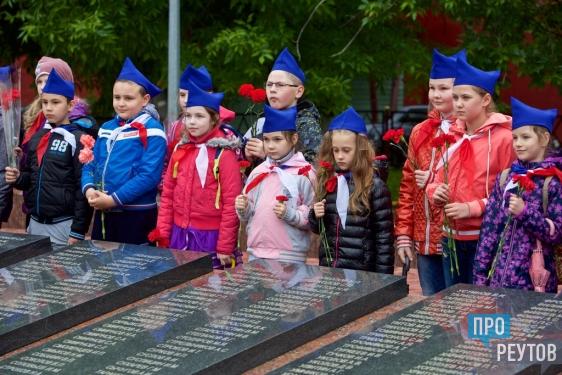 Жители Реутова возложили цветы на Мемориале Славы. В 76-ю годовщину начала Великой Отечественной войны к Вечному огню пришли ветераны и школьники. ПроРеутов
