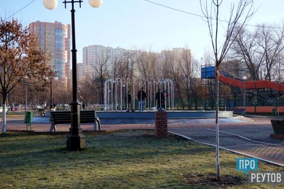 В Реутове наряжают новогодние ёлки. В городе также будут праздничная иллюминация, световой фонтан и светомузыкальные катки. ПроРеутов
