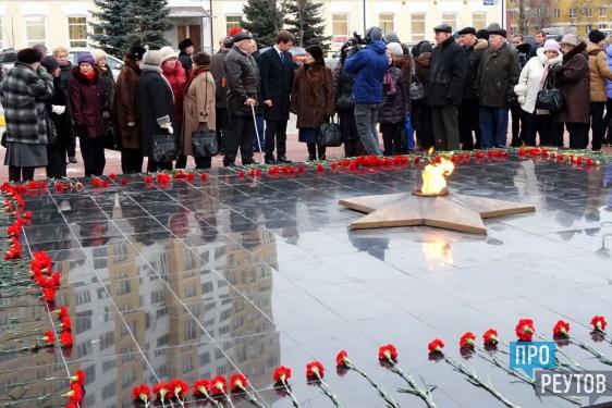 Сергей Юров возложил цветы у Вечного огня. Ветераны и школьники почтили память Неизвестного солдата вместе с главой Реутова. ПроРеутов