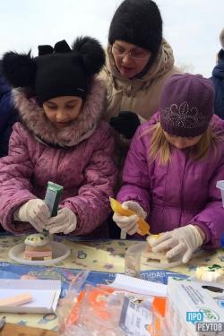 Фестиваль сладостей впервые прошёл в Реутове. Сладкоежки на улице Победы строили зефирные домики и разбивали пиньяту. ПроРеутов