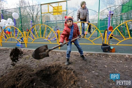 В парке Реутова выросла липовая аллея. 27 деревьев во время субботника посадил глава города Сергей Юров вместе с многодетными семьями и общественниками. ПроРеутов