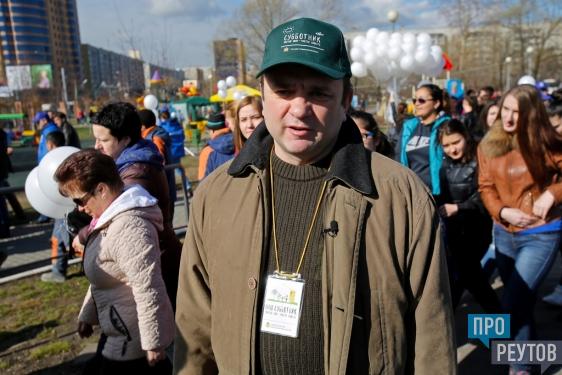 Тимур Кизяков защитил птенцов Реутова от ворон. Популярный телеведущий поделился секретом изготовления домиков для птиц на субботнике в городском парке. ПроРеутова