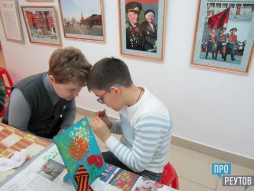 Лицеисты Реутова изготовили открытки для ветеранов. Пока работы сохли, сотрудники Музейно-выставочного центра провели для ребят экскурсию «Реутов военный». ПроРеутов