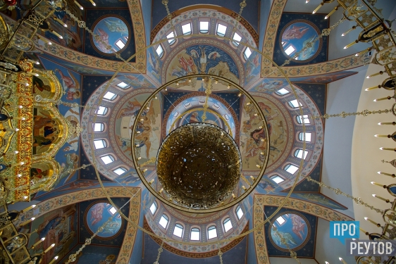 Троицкий храм в Реутове отметил первую годовщину. Божественную литургию отслужил епископ Балашихинский Николай. ПроРеутов