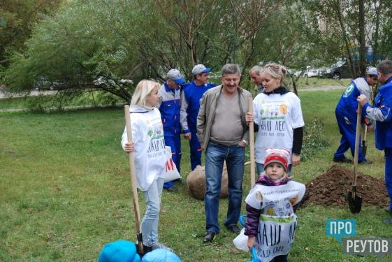 В Реутове провели субботник и посадили деревья. Наведение порядка перед Днём города совпало с региональной акцие «Наш лес. Посади своё дерево». ПроРеутов