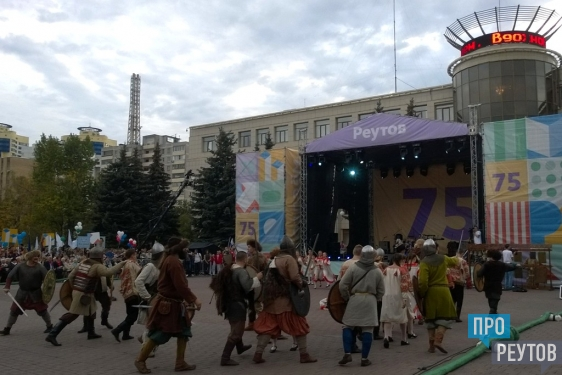РТВ ведёт прямую трансляцию с главной площади Реутова. Торжественная часть празднования 75-летия города началась с демонстрации нового фильма о Реутове. ПроРеутов