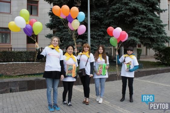 Волонтёры Реутова пришли к детям-инвалидам с подарками. Планшет, аудиокниги, игрушки и mp3-плеер приобрели на средства, собранные в ходе благотворительной акции в День города. ПроРеутов