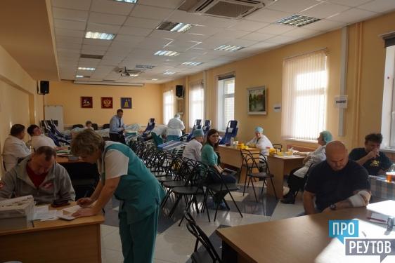 Телеведущий Тимур Кизяков сдал кровь в Реутове. Всего в течение 20 и 21 октября 105 доноров сдали в ЦГКБ 47,2 литра крови. ПроРеутов